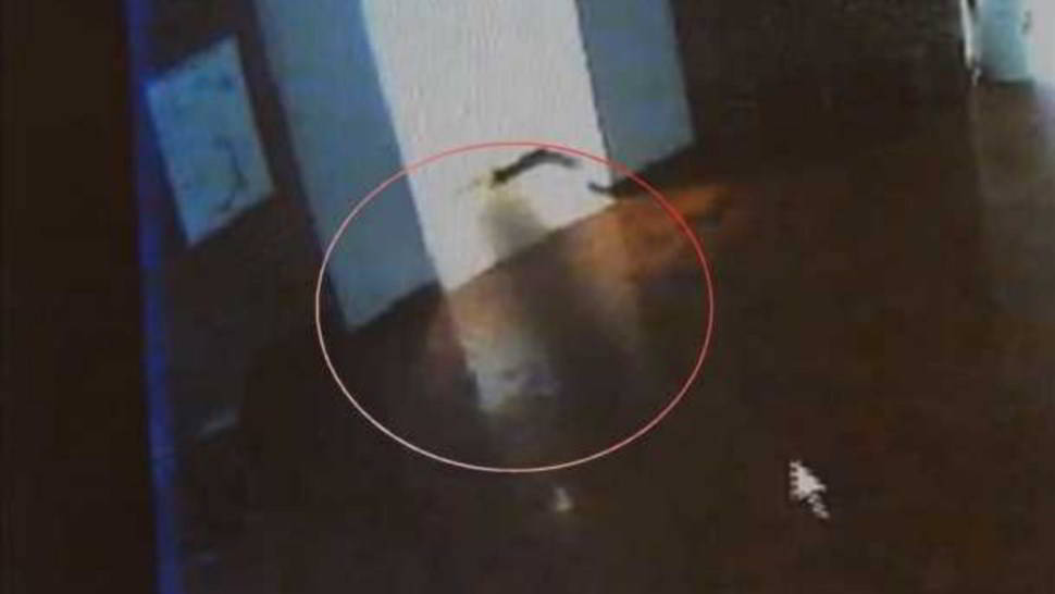 Fantasma appare a scuola, ripreso in video