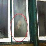 Operaio scopre fantasma della madre dietro la finestra