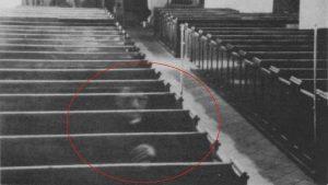 Foto celebri. Il fantasma di un monaco in chiesa