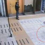 Bimbo fantasma passeggia al centro commerciale