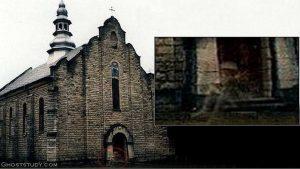 Il fantasma di un cavaliere fotografato seduto davanti la chiesa