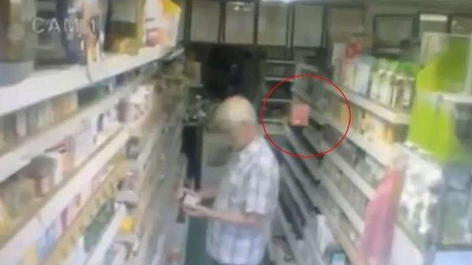 Fantasma fa volare le scatole di tè - Video