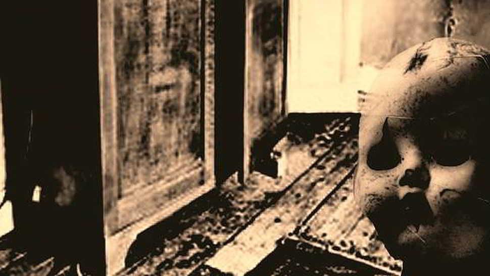 Tormentata dai fantasmi e da un carillon