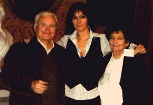 I fantasmi del Castello di Sorci - Primetto Barelli e la moglie Gabriella con Monica Bellucci_Fotor