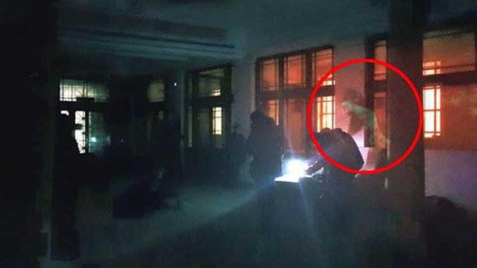 Il fantasma di una donna fotografato in una libreria2
