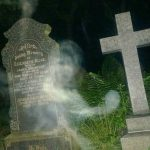 Fantasma esce dalla tomba. La foto scattata in un cimitero-Credit-Pen NewsRob Crabtree