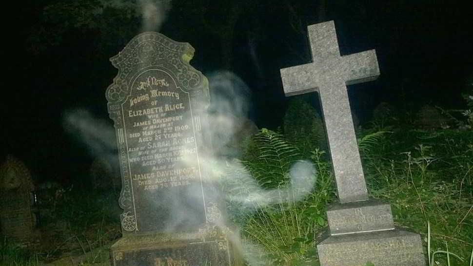Fantasma esce dalla tomba. La foto scattata in un cimitero-Credit-Pen NewsRob Crabtree