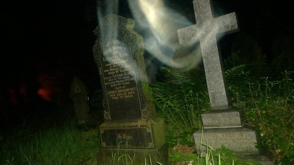 Fantasma esce dalla tomba. La foto scattata in un cimitero2-Credit-Pen NewsRob Crabtree