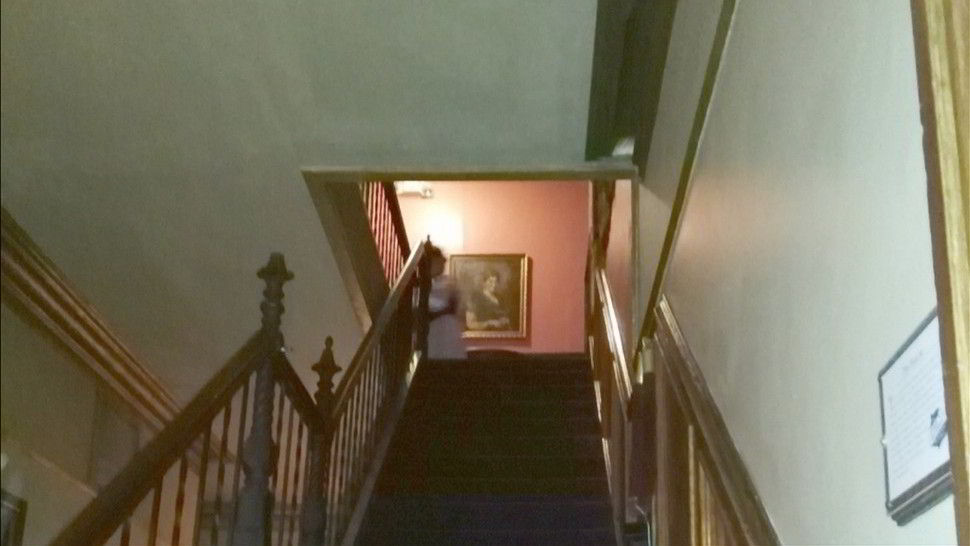 Lemp Mansion fotografato il fantasma di una donna in cima alle scale