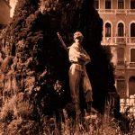 Il fantasma rosso dei giardini delle Biennale a Venezia