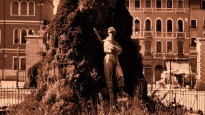 Il fantasma rosso dei giardini della Biennale a Venezia