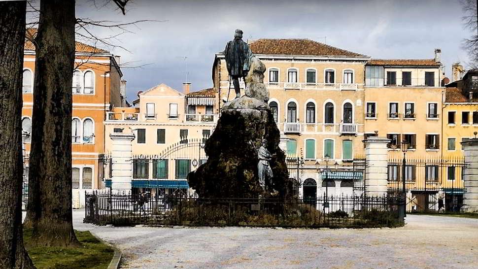 Il fantasma rosso dei giardini delle Biennale a Venezia1