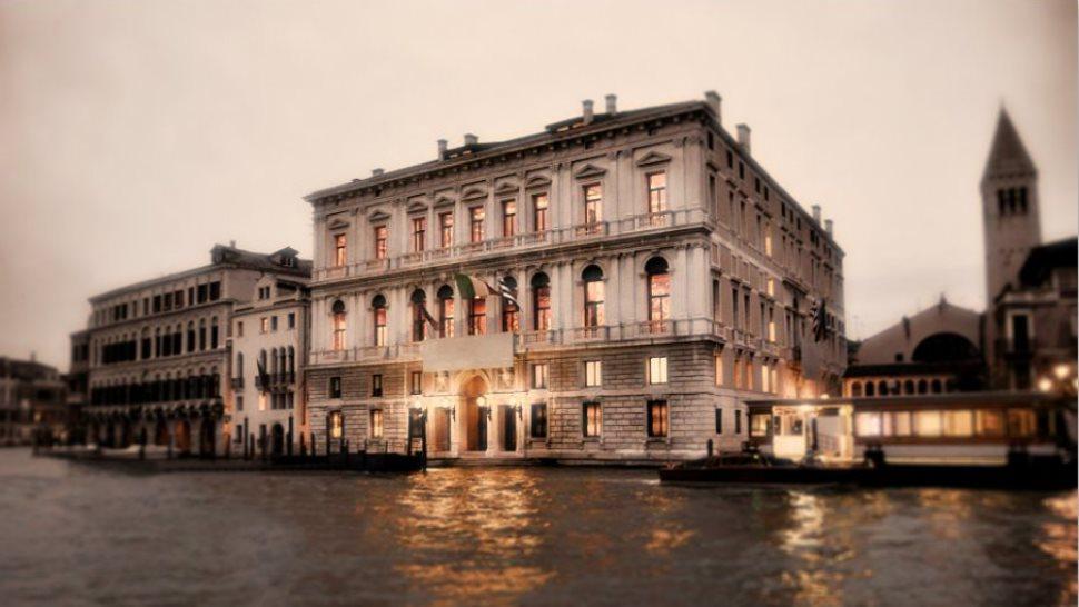 I fantasmi di Palazzo Grassi sul canal Grande di Venezia
